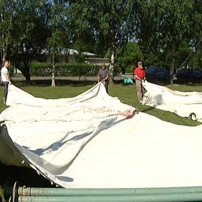 Talkoolaiset pystyttämässä nuorten telttaa Lohtajan Evankeliumijuhlaa varten.