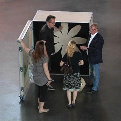 Näyttelyesineiden kuljetuslaatikot ovat tärkeä osa Lahti Biennalea.