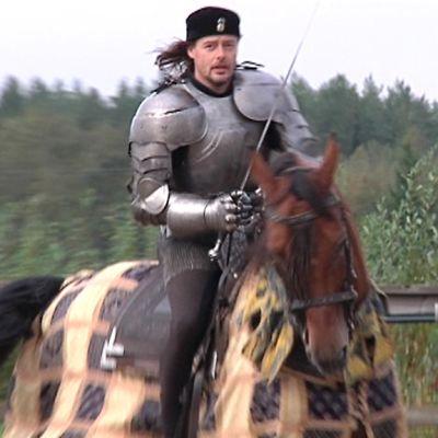 Rohan Tallien Jaakko Nuotio hevosen selässä.