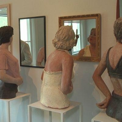 Osa Naisten huoneen peilaajia. Kerttu Horilan teos vuodelta 1999.