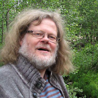Kapellimestari, säveltäjä Atso Almila Kälviän musiikkileirin maisemissa.