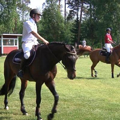 Finnderbyyn osallistuvat harjoittelevat kentillä ennen kisoja