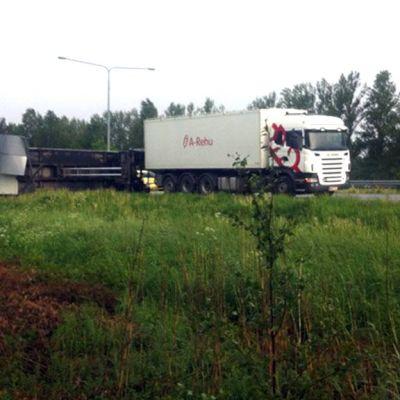Rekan kaatunut perävaunu moottoritiellä Vaasassa.