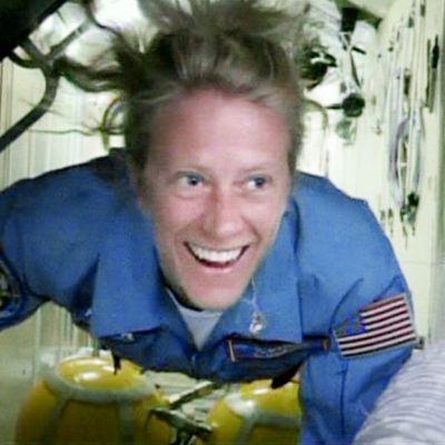 Karin Nyberg kuvattuna avaruusasemalla.