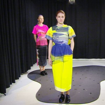 Mallit esittelevät Satu Maarasen suunnittelemia vaatteita Aamu-tv:n studiossa.