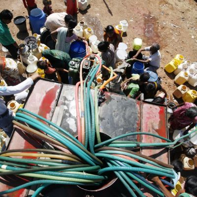 Ihmiset täyttiävät astioitaan juomavedellä kuivuuden vaivaamassa Intian Bhopalissa.