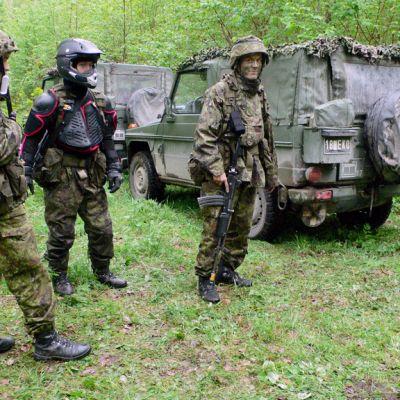 Virolaisia varusmiehiä Kevätmyrsky-sotaharjoituksessa Jänedassa Tallinnan itäpuolella.