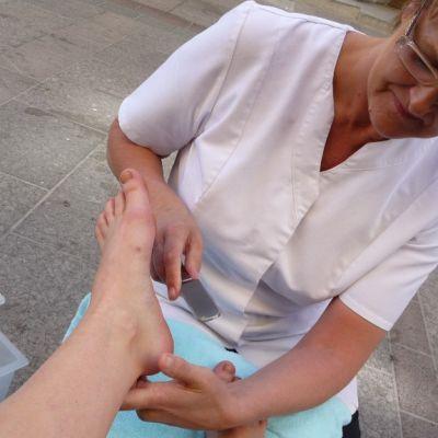 Oulun kosmetologikoulun opettaja ja kosmetologi Helena Hautajärvi tekee jalkahoitoa.