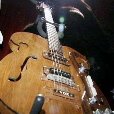 John lennonin kitara myynnissä huutokaupassa.