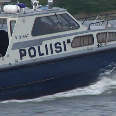 Poliisin Tiiskeri-vene partioimassa Vaasan edustalla.