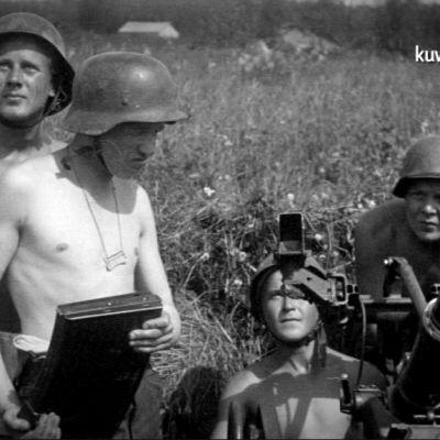 sotilaita ja ilmatorjuntatykki