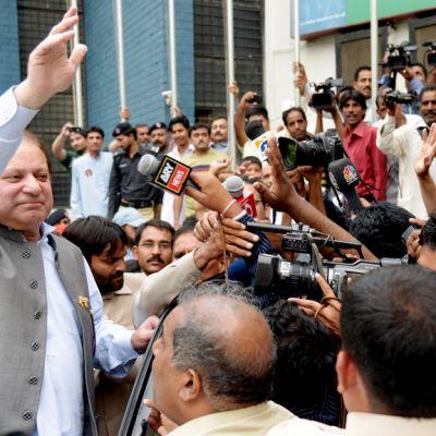 Nawaz Sharif tervehtii median edustajia äänestettyään parlamenttivaaleissa Lahoressa.