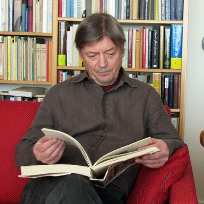 Juha Kangas lukee kirjaa