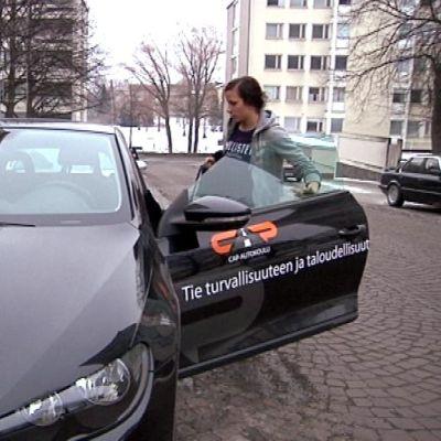 Autokoulunopettaja, auto ja oppilas
