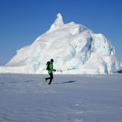 Juoksijoita jäätiköllä.