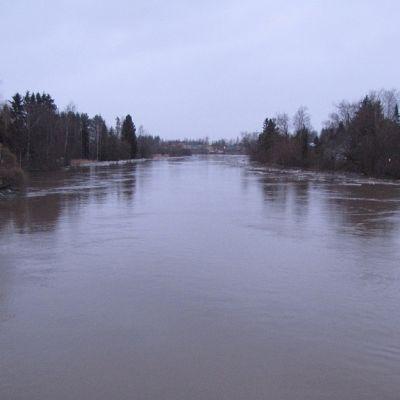 Loimijoki tulvii  ja uhkaa rakennuksia Huittisissa.