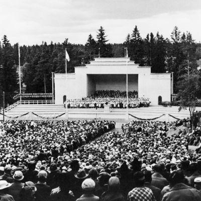 Sortavalan laulujuhlat 1935 (Kalevalan riemuvuoden laulujuhlat), kuoro esiintyy lavalla Vakkosalmen puistossa.