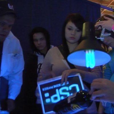 """Juukalaiset koululaiset selvittivät  """"murhamysteeeriä"""" SciFest 2011 -tapahtumassa."""