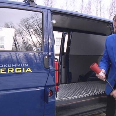 Ula-Sähkö Oy:n toimitusjohtaja Teijo Makkonen esittelee Outokummun Energialle 8.4.2013 luovutettua sähkökäyttöistä pakettiautoa.