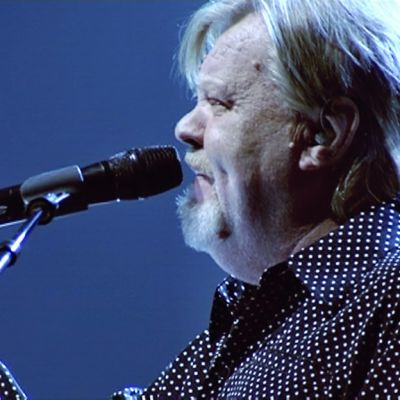 Vesa-Matti Loiri laulaa.