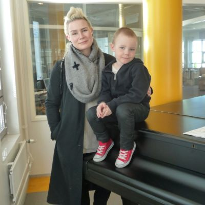 Jenni Ahtiainen ja hänen poikansa pianon päällä