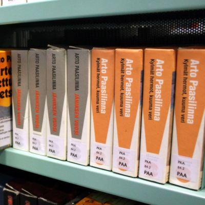 Äänikirjoja kirjastohyllyssä.