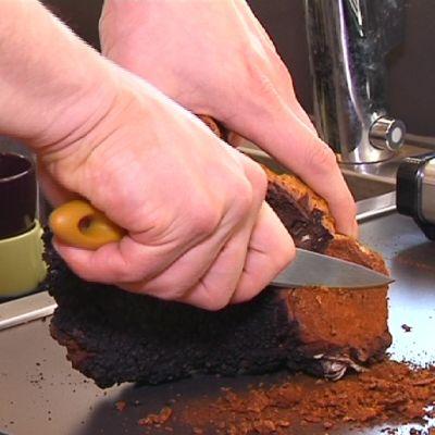 Pakurikääpää hienonnetaan veitsellä tiskipöydällä.