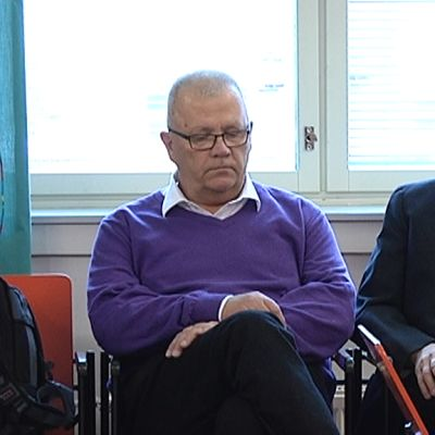 Markku Koivisto (vas.) oikeustalon aulassa.