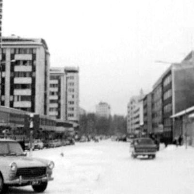 Vanhaa kuvaa Oulun Hallituskadulta.