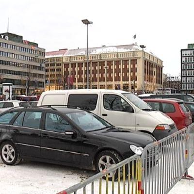 Autoja Hakaniemen torilla Helsingissä.