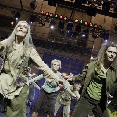 Keski-ikäisten Hair-musikaali Turun Logomossa.