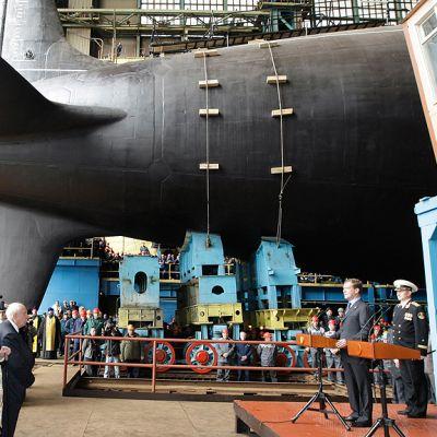 Presidentti Dimitri Medvedev puhuu Severodvinsk-ydinsukellusveneen vesillelaskutilaisuudessa.