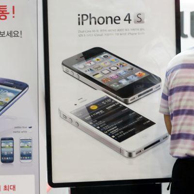 Samsung ja Apple mainostavat rinnan tuotteitaan Soulin Etelä-Koreassa.