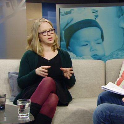 Ovatko äitiyden viimeisimmät muodit ekovanhemmuus ja kiintymysvanhemmuus menneet liiallisuuksiin? Haastattelussa aiheesta kirjan kirjoittanut Anu Silfverberg.