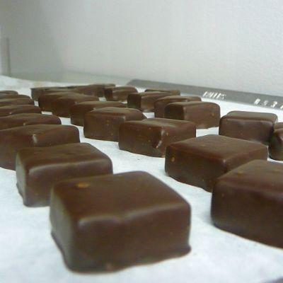 Suklaat valmistuvat Hemgårdenin suklaapajassa Vaasassa.