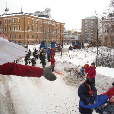 Abiturientit heittävät karkkeja rekan lavalta