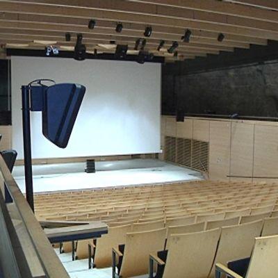 Kuvassa elokuvateatteriksi muunnettu Kaustinen-sali Kansantaiteenkeskuksessa.
