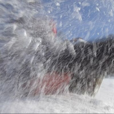 Laskiaisen mäenlaskussa sai lumi ja pulkka kyytiä.