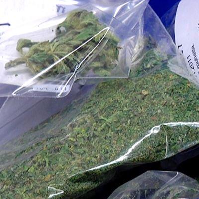 Poliisin takavarikoimia huumeita.