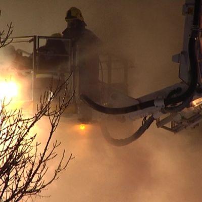 Palomiehet sammuttavat tulipaloa.