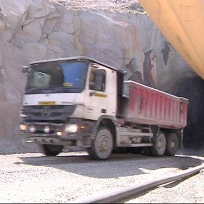 Kuorma-auto ajaa ulos Kylylahden kaivoksen tunnelista.