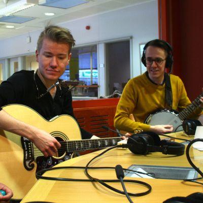 Petri, Mika ja Kaj Kiviniemi soittavat ja laulavat radiostudiossa