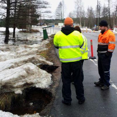 Vesi on nakertanut tien reunaa Taalintehtaalla