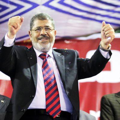 Muslimiveljeskunnan ehdokas  Mohamed Mursi Mursi tuulettaa lavalla.