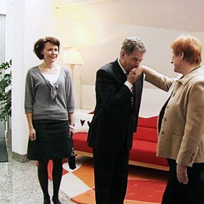 Sauli Niinistö tervehti Tarja Halosta lämpimästi vieraillessaan Mäntyniemessä helmikuun alussa 2012.
