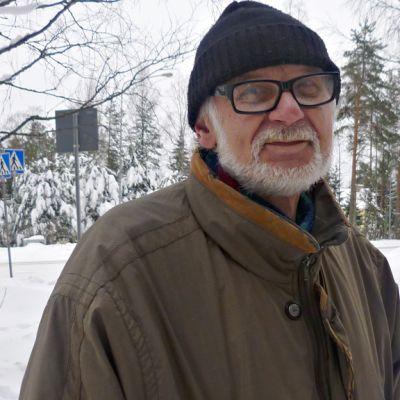 Jorma Martikainen talvisessa maisemassa.