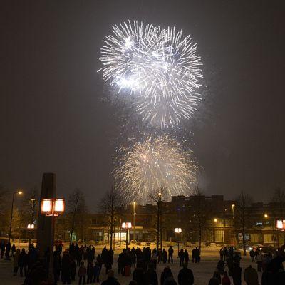 Itsenäisyyspäivän ilotulitus Sorin aukiolta katsottuna Tampereella