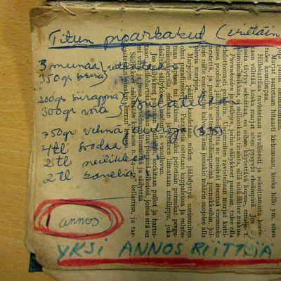 Piparkakkuresepti kirjoitettuna lehtileikkeen päälle