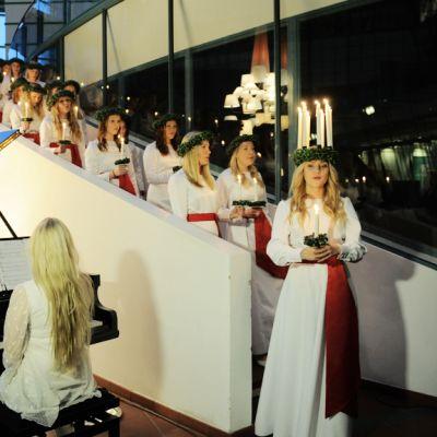 Lucia-neito esiintyi Ylen Isossa Pajassa 13. joulukuuta 2012 - kulkue laskeutuu portaita.