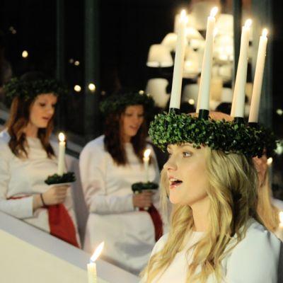Lucia-neito esiintyi Ylen Isossa Pajassa 13. joulukuuta 2012.